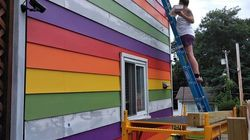 隣家から度重なる嫌がらせ。同性カップルはレインボーの壁で立ち向かった