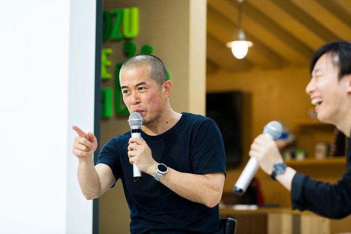 田端信太郎(たばた・しんたろう)さん。1975年生まれ。NTTデータを経てリクルート、ライブドア、コンデナスト・デジタル、NHN Japan(現LINE)で活躍。今年2月末にLINEを退職し、ファッション通販サイト「ZOZOTOWN」やPB「ZOZO」を展開する株式会社スタートトゥデイ コミュニケーションデザイン室 室長に就任。7月には著書『ブランド人になれ! 会社の奴隷解放宣言』(幻冬舎)を上梓した。
