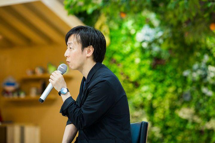 青野慶久(あおの・よしひさ)。1971年生まれ。愛媛県今治市出身。大阪大学工学部情報システム工学科卒業後、松下電工(現 パナソニック)を経て、1997年8月愛媛県松山市でサイボウズを設立した。2005年4月には代表取締役社長に就任(現任)。社内のワークスタイル変革を行い、2011年からは、事業のクラウド化を推進。著書に『ちょいデキ!』(文春新書)、『チームのことだけ、考えた。』(ダイヤモンド社)、「会社というモンスターが、僕たちを不幸にしているのかもしれない」(PHP研究所)など。