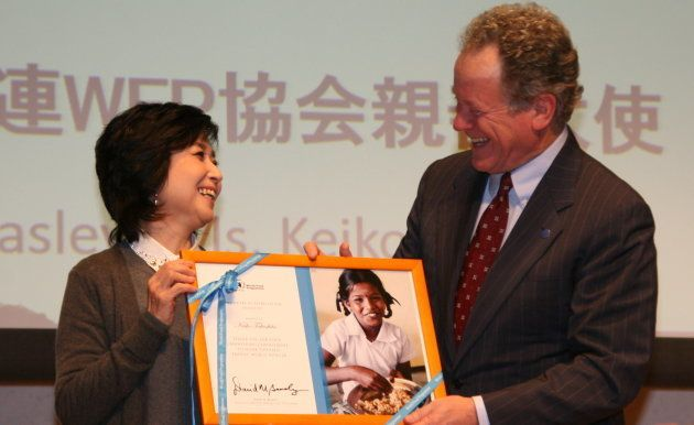 国連WFPのデイビッド・ビーズリー事務局長(右)から感謝状を渡される竹下景子