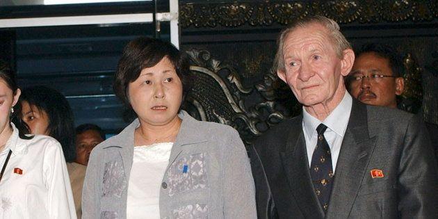 ジャカルタの国際空港で1年9カ月ぶりに再会した曽我ひとみさん(左)と、夫のジェンキンスさん撮影日:2004年07月09日