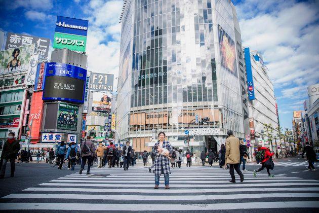 渋谷のスクランブル交差点で撮影された「授乳フォト」