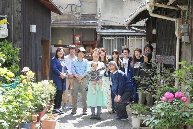 櫨畑さんが暮らす大阪の長屋と子育てに関わる友人たち