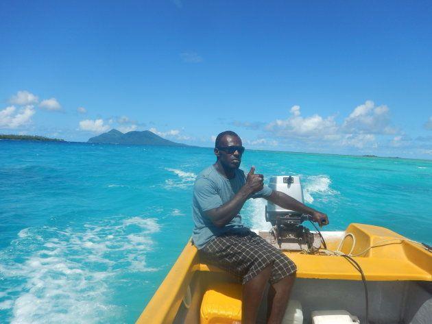 首都から車とボートで1時間程のNugna島へ向かう途中。