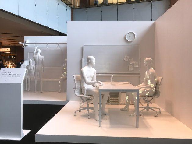 乾癬の症状を様々な模様でアートとして表現した展示