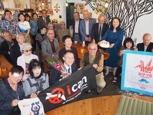 被爆者を招いた報告パーティーに参加する核兵器廃絶国際キャンペーン(ICAN)の国際運営委員、川崎哲さん(前列左から3人目)=26日、広島市中区