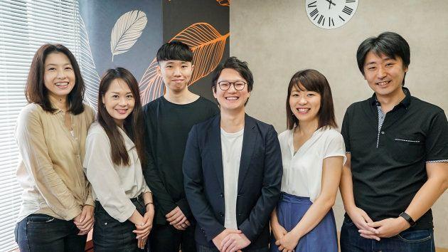 アフラック生命保険株式会社で「tomosnote」を手がける皆さん。左から力石文世さん、天野友貴さん、友岡将さん、阿萬和弘さん、田中麻衣さん、冨田隆行さん。