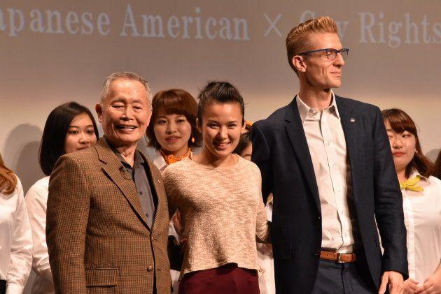 早稲田大での講演後、会場からの拍手に笑顔で応えるジョージ・タケイ(前列左)、エレナ・ワン(同中央)、ロレンゾ・シオーネ(同右)の各氏