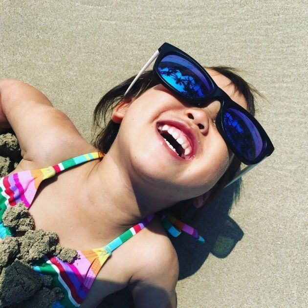 ナタンドラビーチで砂と戯れる2歳娘