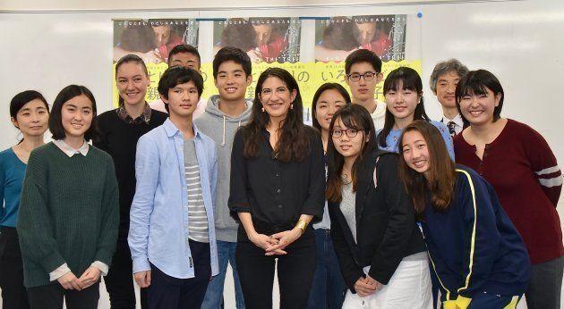 ドレッツィン監督を囲む高校生たち
