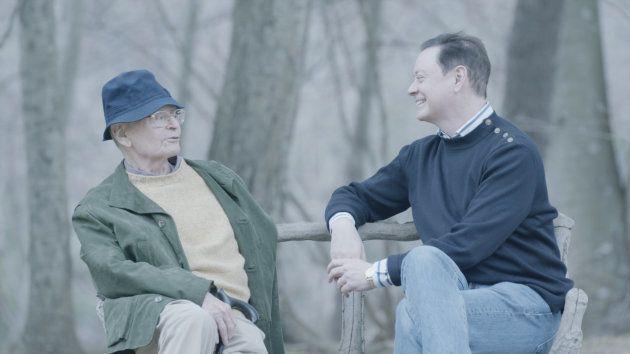 原作者のソロモン氏と父親。父親は今、同性愛者という息子のアイデンティティを祝福している。