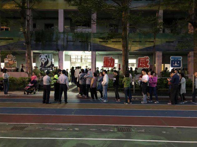 夜になっても投票所には長い列が続いた。