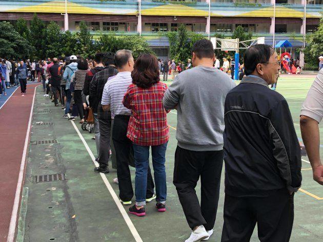 投票に向かう人々