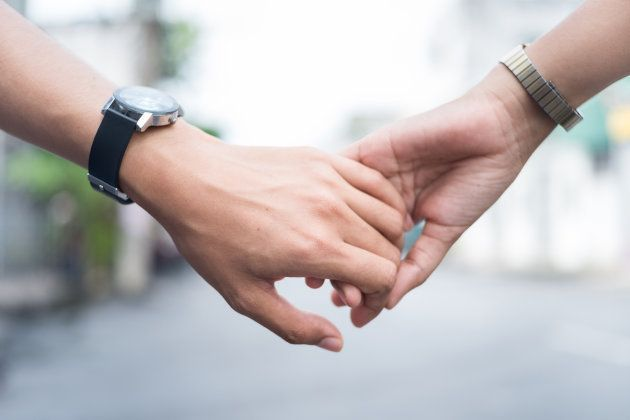 手をつなぐ恋人のイメージ。