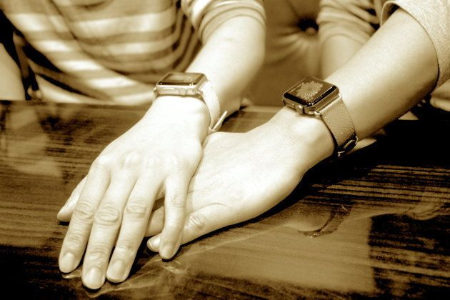 (左から)青山さんと大月さん。腕にはおそろいのApple Watch