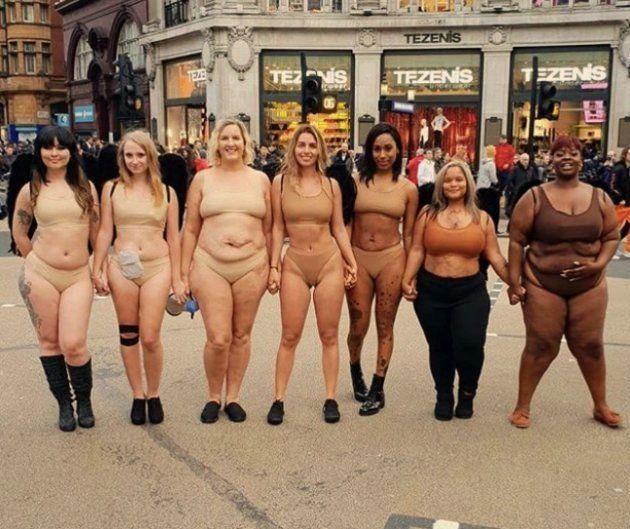 ロンドンにあるヴィクトリアズ・シークレットの前で、ヌードカラーの下着で立つ7人の女性たち