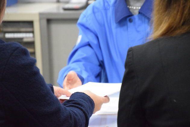 二人で書類を提出。対応した区役所の職員は「外国で成立した婚姻の届けでよろしいですか?」と確認した。