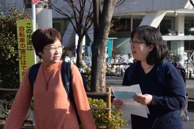 中野区役所に向かう大江さんと小川さん