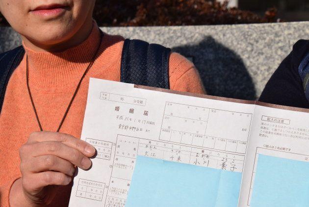 不受理になった婚姻届。夫欄には大江さん、妻欄には小川さんの名前を書いたが、「こんな住み分けはいらないと思いました」と二人は話す。