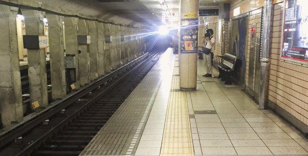 2016年に視覚障害者が事故で亡くなった東京メトロ・青山一丁目駅。点字ブロックを一部妨害するように柱が建っている。