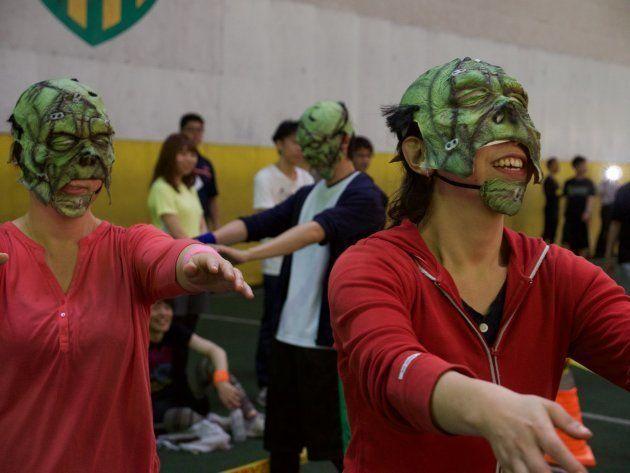 ゾンビサッカーの様子。ゾンビチームは、目が見えないようになっているマスクをつける