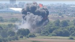 戦闘機が幹線道路に墜落 その瞬間を捉えた動画