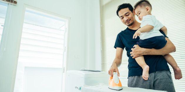 男性が家事育児をする様子 イメージ写真