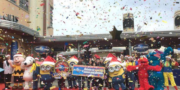 ユニバーサル・スタジオ・ジャパン(USJ)で、年間200万人目の訪日外国人入場者となり祝福されるゲストら=19日午前、大阪市此花区