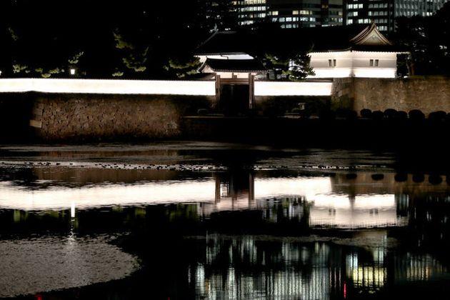ライトアップされた桜田門=20日午後5時15分、東京都千代田区、嶋田達也撮影