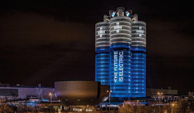 世界のBMWグループで電気駆動車を年内に10万台以上販売した記念に、元々エンジンのシリンダーを模したドイツ・ミュンヘンの「BMW」本社ビルが電池のデザインにライトアップされた。
