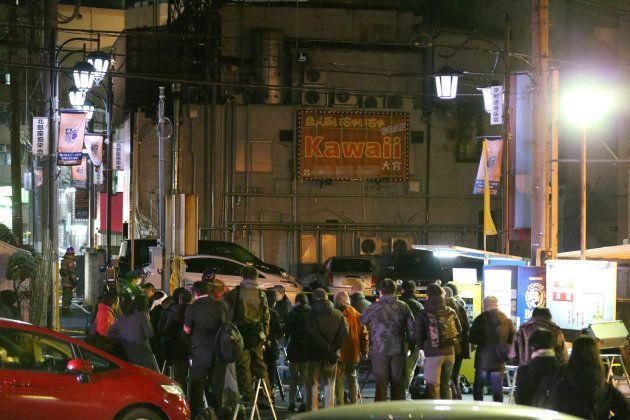 火災が発生した風俗店の入るビル(奥)=17日午後、さいたま市大宮区 ※一部、画像処理(車のナンバープレートと店の電話番号にモザイク)をしています