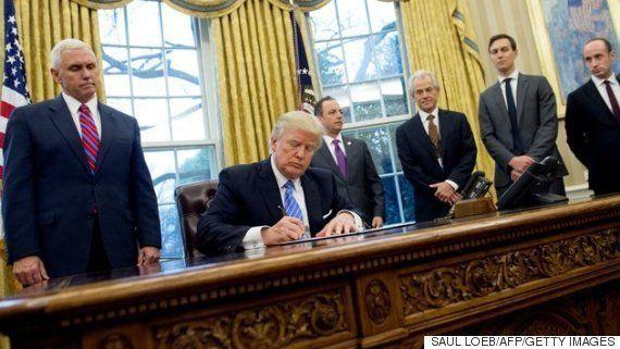 トランプ大統領、中絶に反対する大統領令に署名 そこに女性の姿はなかった