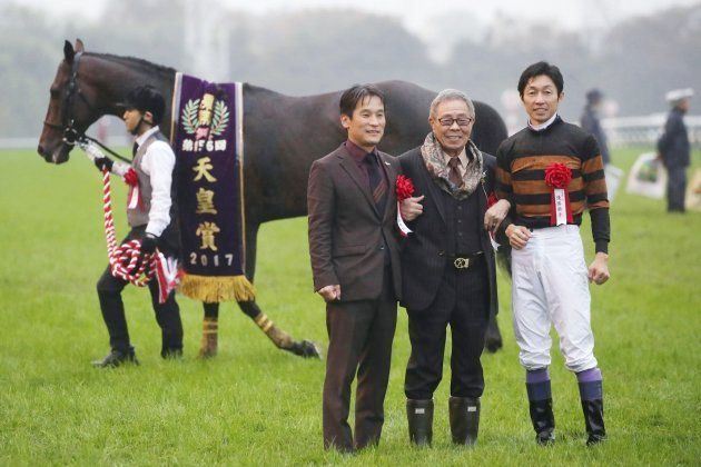 第156回天皇賞・秋(GI)で優勝し、記念撮影する(右から)武豊騎手、オーナーの北島三郎さんら。左奥はキタサンブラック=10月29日、東京競馬場