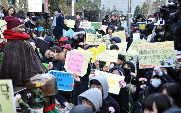 27日、ソウルの在韓日本大使館前に設置された慰安婦を象徴する少女像の前で、日韓合意の無効を訴える学生ら