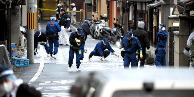 2人が刺されたとされる現場付近を調べる捜査員ら=31日午後4時31分、京都市伏見区、小林一茂撮影