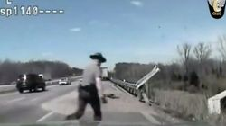「こんなところで死んじゃだめだ!」警官が瀕死の運転手を必死の救助(動画)