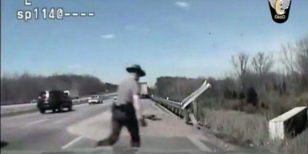 「こんなところで死んじゃだめだ!」瀕死の運転手を懸命の救助(動画)