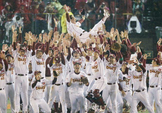 日本一に輝き、胴上げされる楽天の星野仙一監督=2013年11月3日、クリネックススタジアム宮城