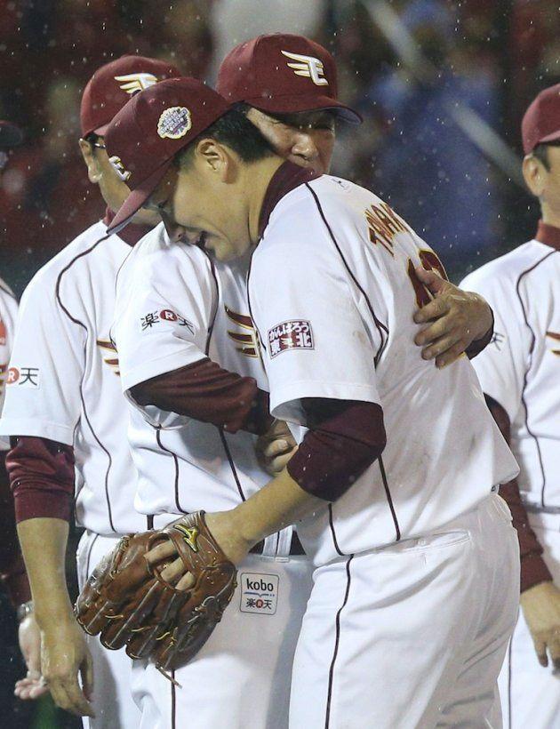 日本シリーズを制し、抱き合って喜ぶ田中将大(右)と楽天の星野仙一監督=2013年11月3日、クリネックススタジアム宮城