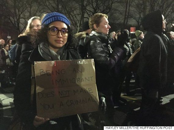 トランプ大統領就任前夜、ニューヨークで2万5000人が抗議デモ マイケル・ムーア監督ら呼びかけ