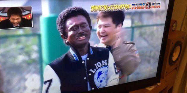 日本在住の黒人作家、バイエ・マクニールさんは「ガキの使い!大晦日年越しSP絶対に笑ってはいけないアメリカンポリス24時!」(日本テレビ・2017年12月31日)の画面を撮影し、「#日本でブラックフエイス止めて」とTwitterに投稿した。