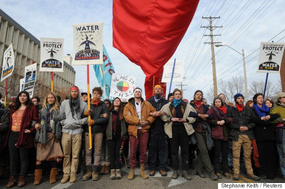 「まぎれもない戦争行為」感謝祭の最中、アメリカ先住民のデモ隊と警察が衝突