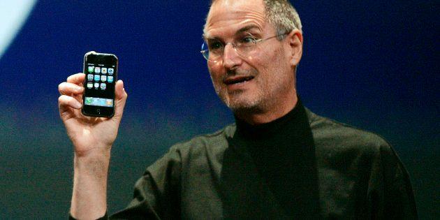 2007年1月9日(現地時間)にiPhoneを発表するスティーブ・ジョブス