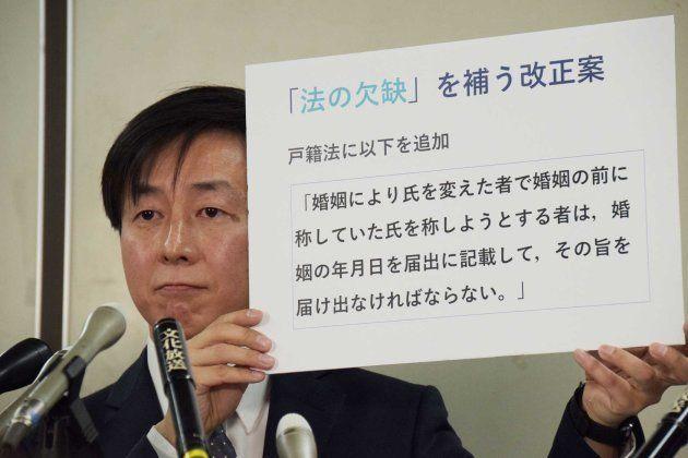 記者会見する青野慶久社長