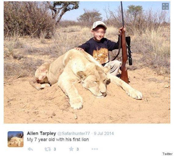 射殺したライオンに寄りかかってゲームをする子供の写真に、非難が集まる