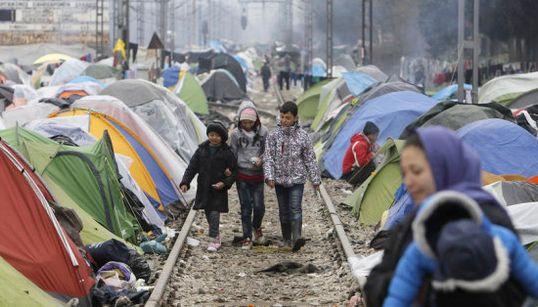 「悲しい。疲れたよ」子供は落書きをして立ち去った ギリシャ難民キャンプの過酷な現実(画像集)
