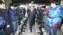 日本と韓国が軍事情報の協定に署名 その日、記者たちは異例の「出迎え」(画像)