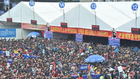 中国の春節、帰省客で駅の人混みが半端ない状態に【画像】
