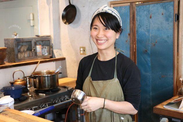 東野華南子(アズノ・カナコ)さん。リビセンに併設されているカフェを切り盛りしている