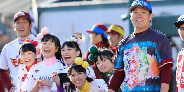 楽天のファン感謝祭で、アイドルグループ「ももいろクローバーZ」のメンバーと声援を送る田中将大投手(当時楽天イーグルス)